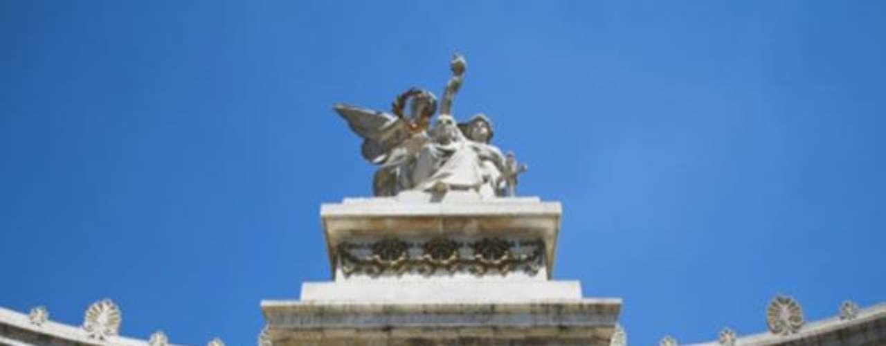 Hemiciclo a Juárez. Se localiza en el Centro Histórico de la capital y es un homenaje al ex presidente Benito Juárez. Se construyó en 1910 por órdenes de Porfirio Díaz.