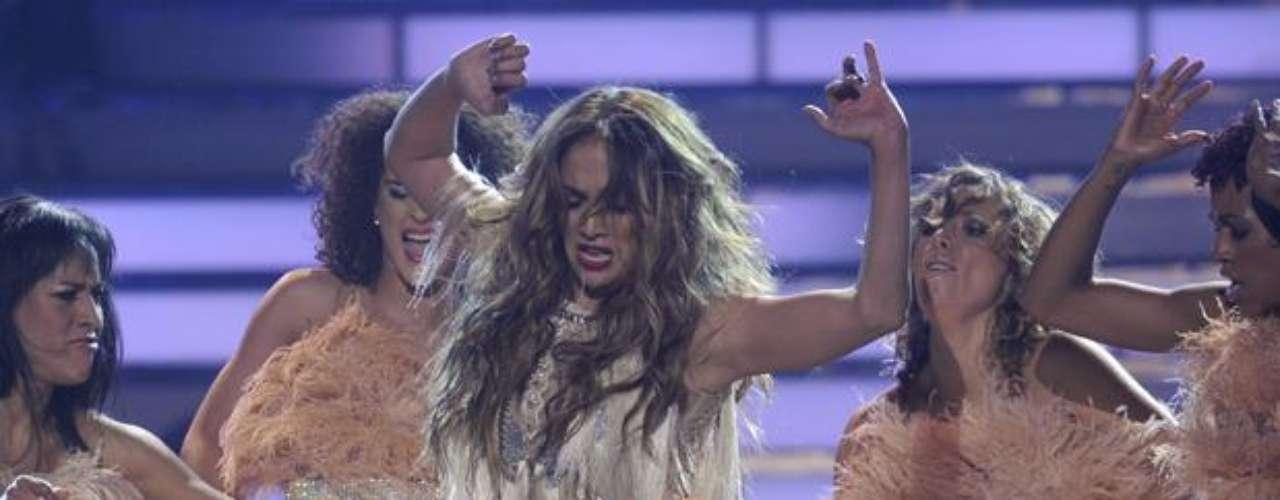 Puro sex-appeal irradia la cantante sobre el escenario.