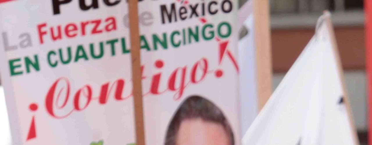 Sus opositores lo han tachado de iletrado, pues el 5 de diciembre de 2011, el ex gobernador del Estado de México asistió a la Feria Internacional del Libro en Guadalajara, Jalisco, donde confundió autores y obras literarias y no pudo decir cuáles fueron los tres libros que marcaron su vida.