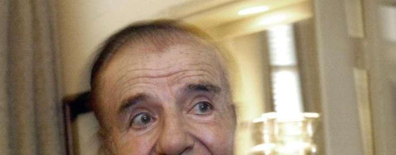 En el mundo también hay ejemplos similares. En 1996, el expresidente argentino Carlos Menem, brindó una conferencia de prensa para celebrar el inicio del ciclo lectivo en Tartagal, una ciudad -pobre- en Salta, al norte de país. Ante niños humildes, el mandatario no dudó en afirmar que licitaría un sistema de \