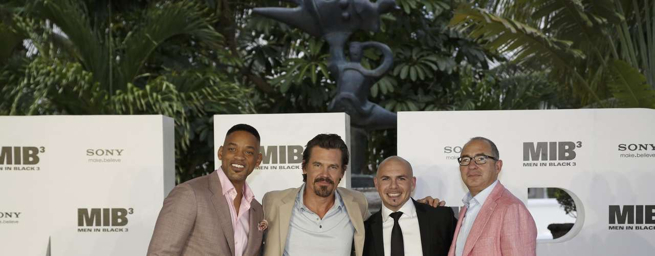 Will Smith, Josh Brolin, Pitbull y el director de la película Barry Sonnenfeld en la presentación de 'MIB 3' en Cancún, Mexico.