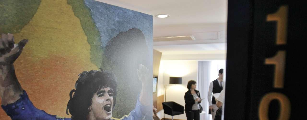 Vista de de Diego Armando Maradona vistiendo la camiseta del club Boca Juniors en la habitación 1104 del Hotel Boca Juniors.