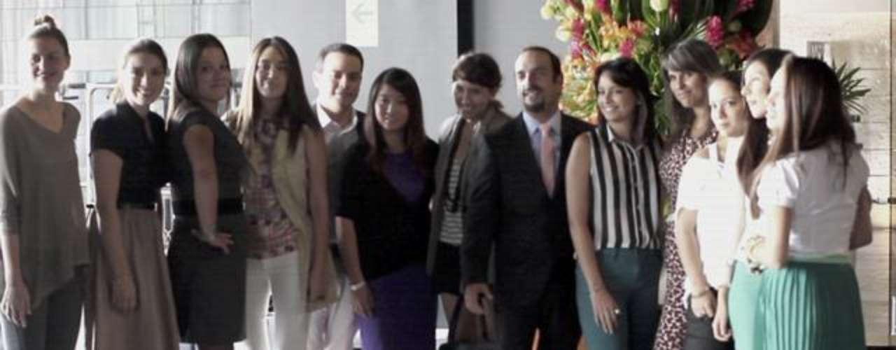 Las bloggers son tan importantes en la industria de la moda que los diseñadores, las marcas y los editores de los grandes medios las toman en cuenta. No solo son invitadas a los eventos, sino que ahora forman parte del proceso de creación. Muchos diseñadores se inspiran en los blogs. Efraín Salas, organizador de La Semana de la Moda de Lima, contó que recibió peticiones de más de 40 bloggers para asistir al evento. Ellos eligieron a las 20 más influyentes. Y Terra te muestra a las 10 imperdibles. En la imagen, las blogueras en el desayuno que tuvieron con los organizadores del LIF WEEK.
