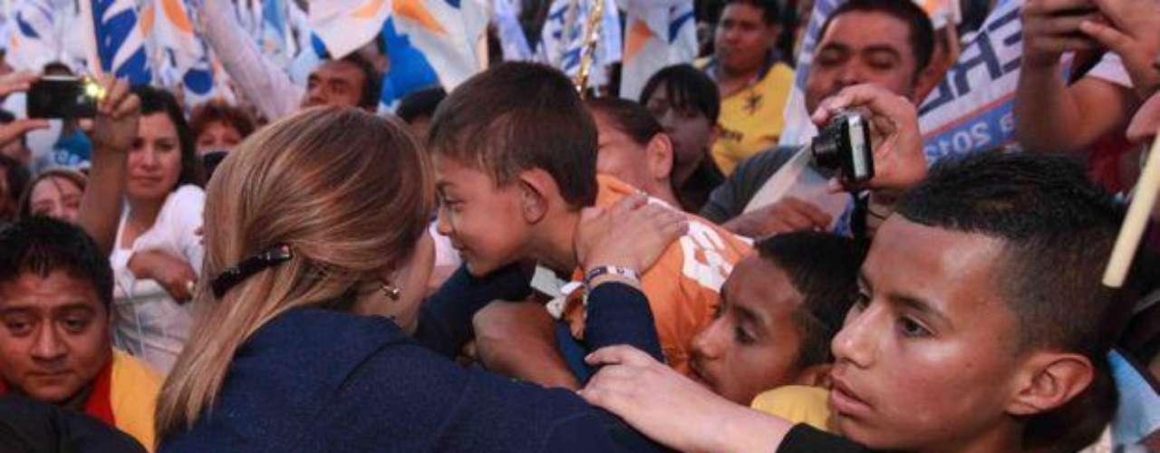 Siempre cerca de los niños, Josefina ha propuesto mejorar la educación en México. Prometió que, de llegar a Los Pinos, se cubrirá el 100% de la demanda de educación media superior.
