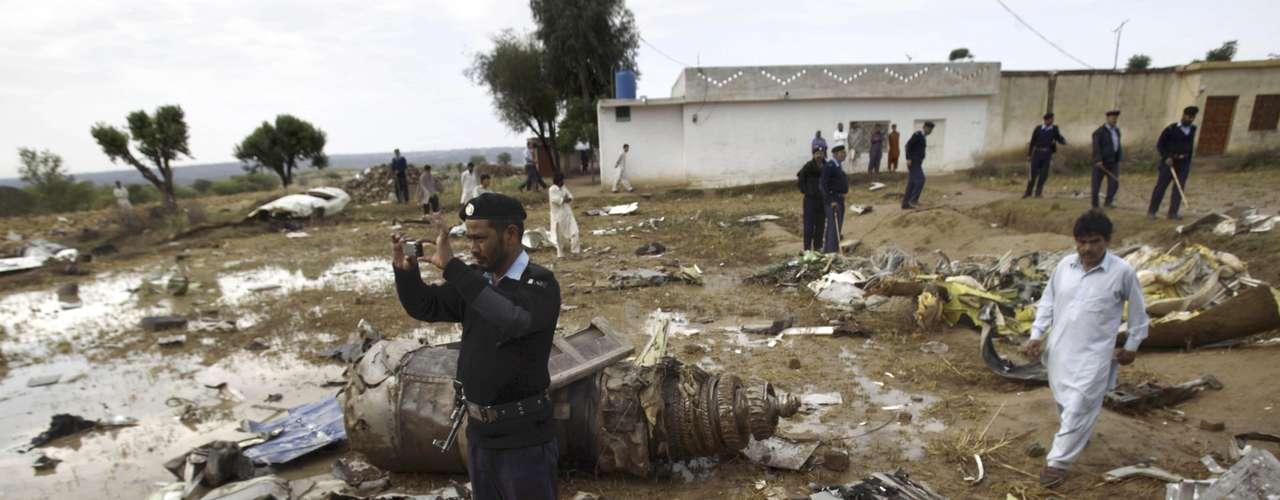 Este sábado por la mañana, un portavoz de la aviación civil, Junaid Jan, confirmó a la AFP el balance de 127 víctimas (121 pasajeros y seis miembros de la tripulación), sin ningún superviviente. Ya se identificaron los restos de 73 de las víctimas.