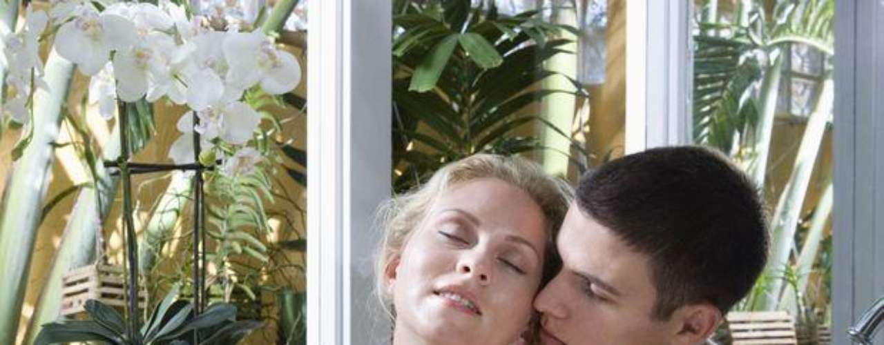 Sexo en el baño: El cuarto más subestimado como local para tener relaciones sexuales es el baño. Sin embargo, el lugar puede ser interesante. Los espejos proporcionan visión del acto de diversos ángulos, lo que hace el momento aún más caliente. Puedes usar la bañera y encender velas.