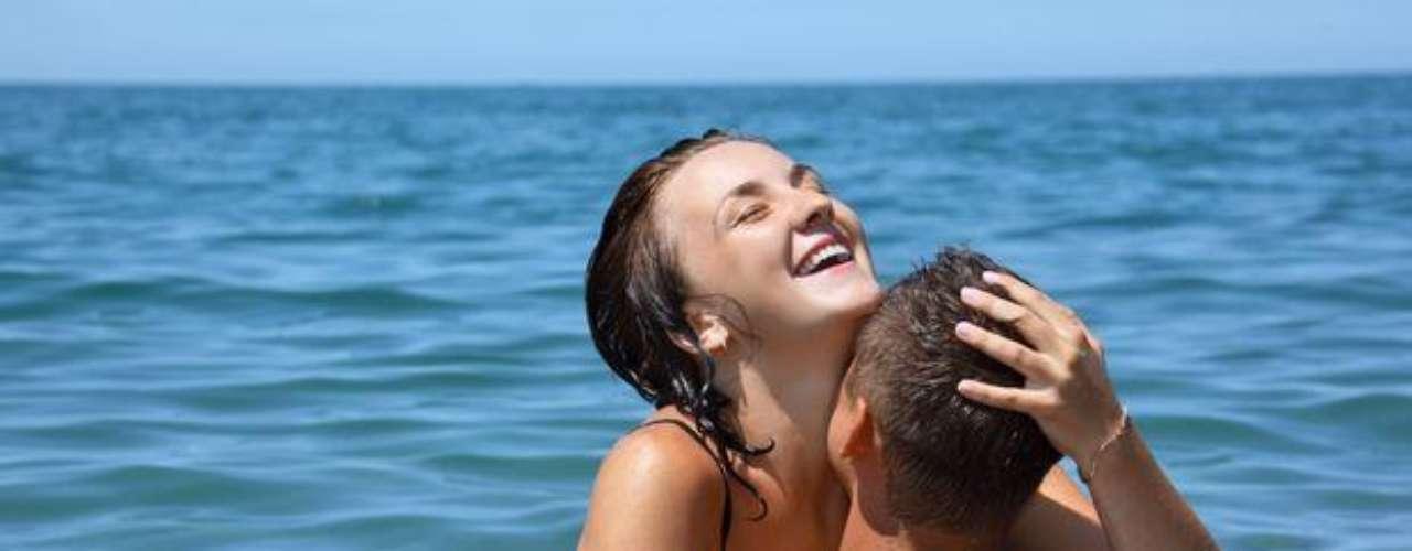 Sexo en la playa: El sonido de las olas, el paisaje deslumbrante, se puede unir con la diversión de la pareja. Sea en la arena o dentro del agua, la aventura encenderá la relación.