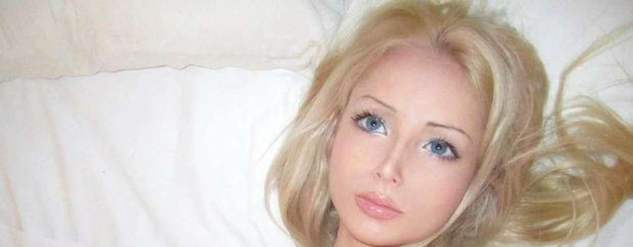 Valeria Lukyanova es una chica rusa de 21 años que al igual que Dakota Rose ha revolucionado las redes sociales con su parecido a la Barbie por las facciones de su cara, su figura y su pequeña cintura.