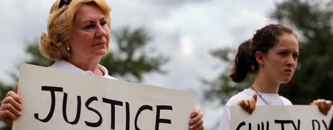 Ante la falta de testigos o pruebas que demostraran lo contrario, las autoridades locales decidieron no detener de inmediato a Zimmerman porque alegó haber actuado en defensa propia, algo que protege la legislación de Florida.