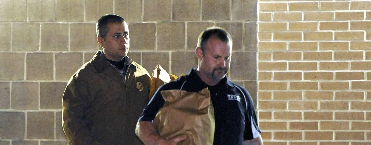 El hombre de 28 años, vestido con una chaqueta marrón y unos jeans azules, fue liberado de la prisión John E. Polk de Sanford (Florida) en la medianoche del domingo al lunes.