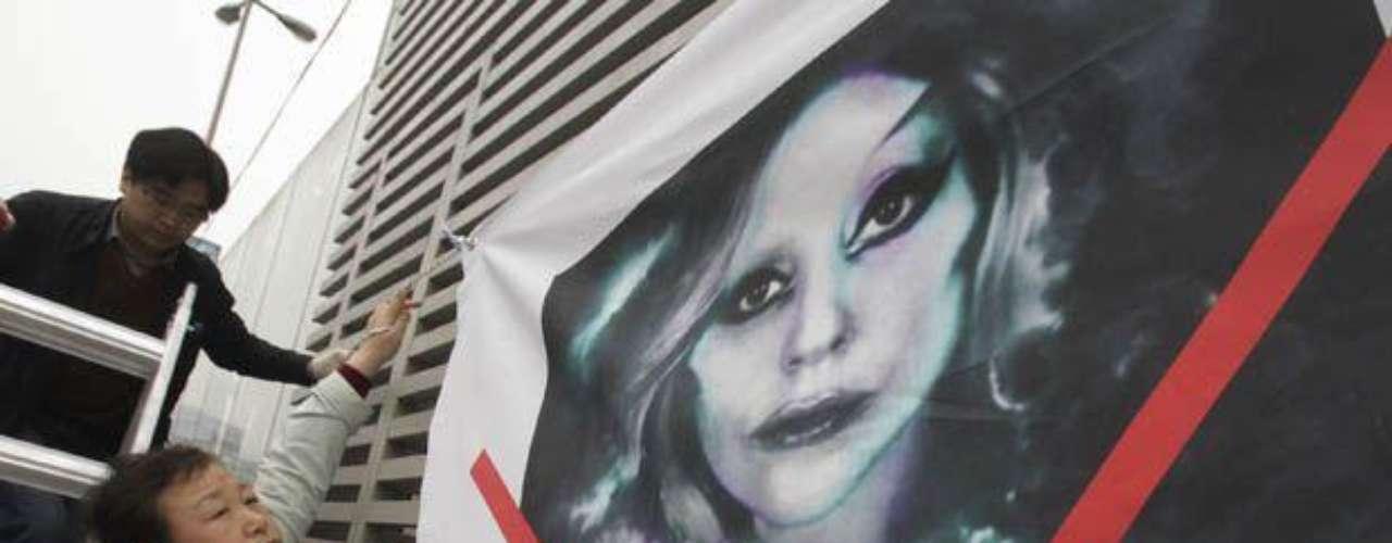 A lo largo de la ciudad, los detractores de la cantante han colocado carteles en los que la acusan de incitar a prácticas sexuales poco saludables con sus letras y shows.