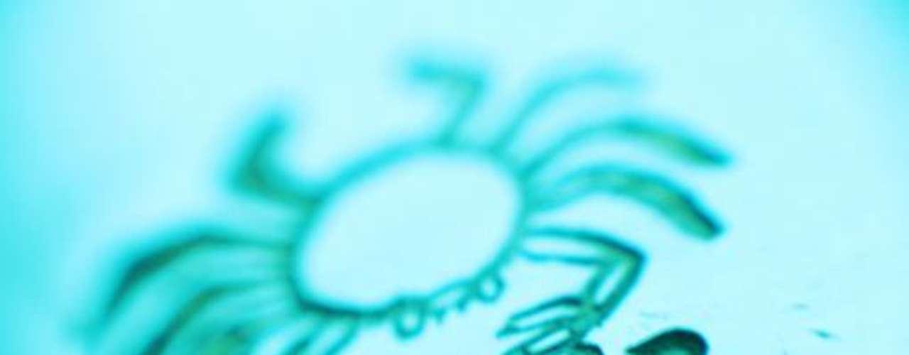Cáncer. Debido a la influencia de la Luna, los que pertenecen a este signo sufren con frecuencia grandes cambios de humor. De acuerdo con la astrología, la habilidad de las personas de Cáncer para sentir las necesidades y emociones de los demás los hace ser comprensivos y bondadosos. Entre las actividades asociadas al signo de Cáncer están las relacionadas con los trabajos domésticos como: la cocina, el cuidado de los niños y la administración inmobiliaria. Personajes famosos nacidos bajo este signo son: Rembrandt, Ringo Starr, Enrique VIII, Julio César, Ernesto Sábato, Nicolás Guillén, Emilio Butragueño y Frida Kahlo.