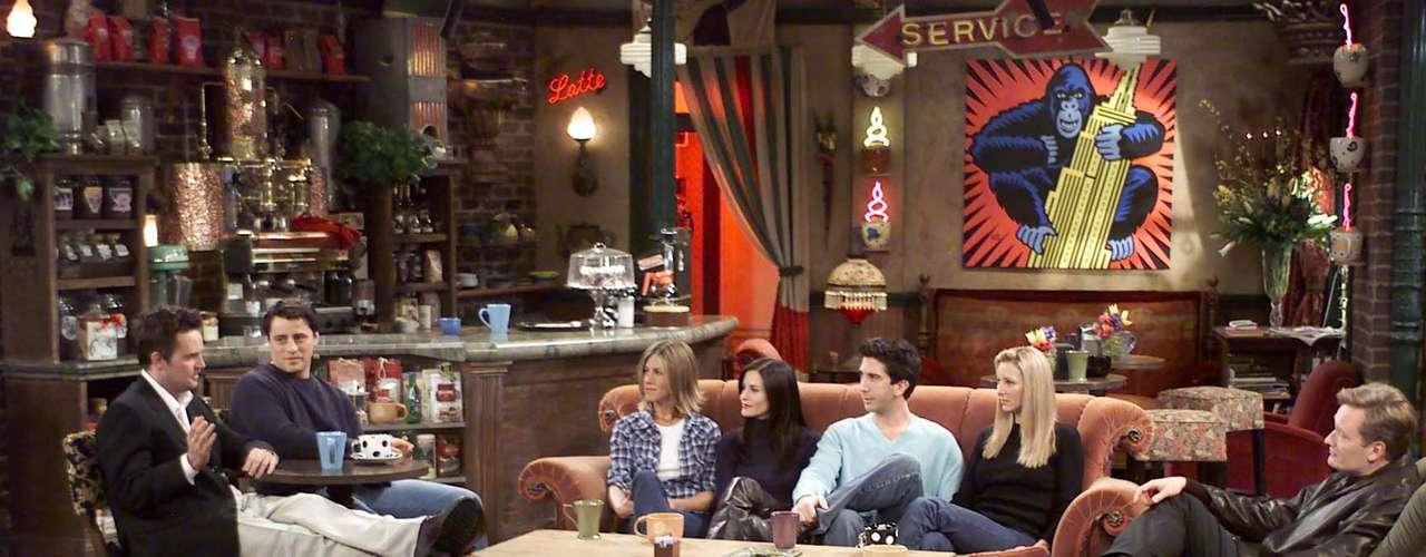 """""""Friends"""", es una serie de televisión estadounidense que se emitió por primera vez en el año 1994, donde se mostraba el diario vivir un singular grupo de amigos, """"Rachel"""" (Jennifer Aniston), """"Ross"""" (David Schwimmer), """"Mónica"""" (Courteney Cox), """"Chandler"""" (Matthew Perry), """"Phoebe"""" (Lisa Kudrow) y """"Joey"""" (Matt Le Blanc)."""
