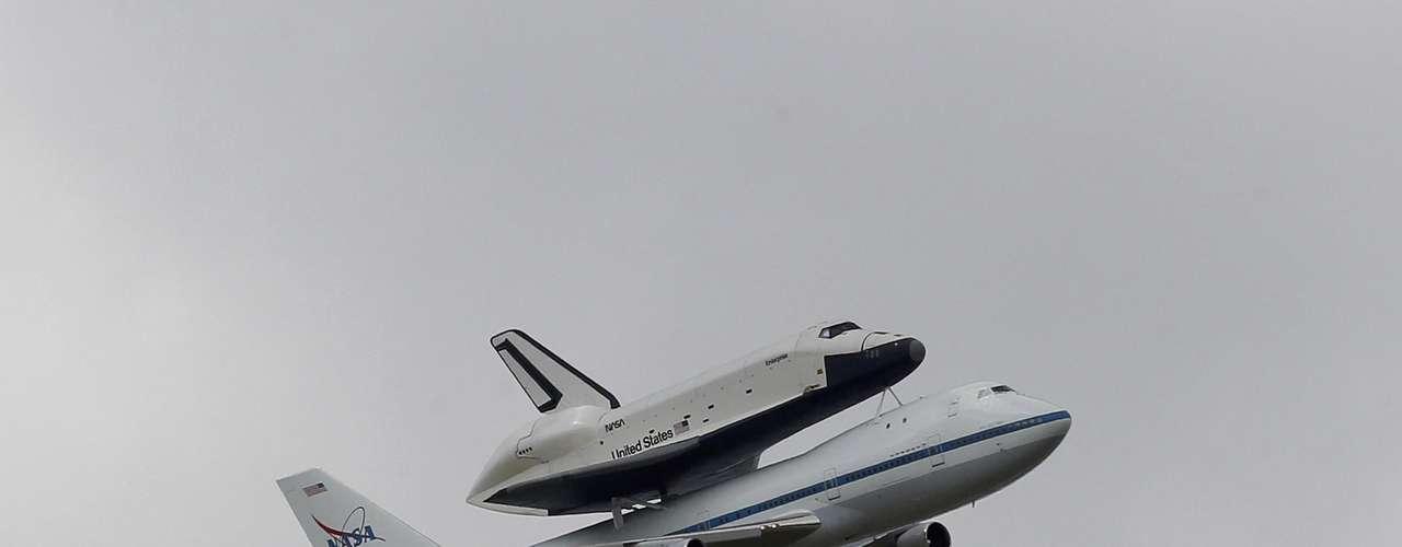 El Enterprise fue el primer transbordador construido por la NASA. Como se construyó sin motores ni escudo término, no tenía capacidad de realizar misiones espaciales sin un previo reacondicionamiento. En 1978 se decidió modificarlo, pero sólo para misiones de pruebas de aproximación y aterrizaje. Su llegada al museo Intrepid de NY, marca el fin de la era de los transbordadores de la NASA.
