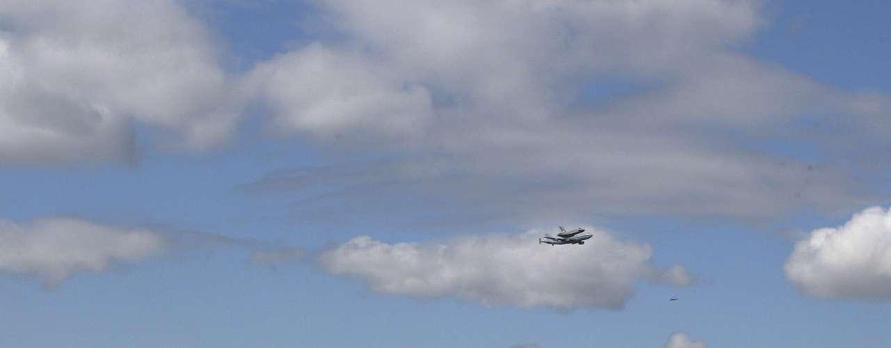 El transbordador debía haber llegado a principios de semana, pero la NASA retrasó el viaje debido a las condiciones climatológicas adversas.
