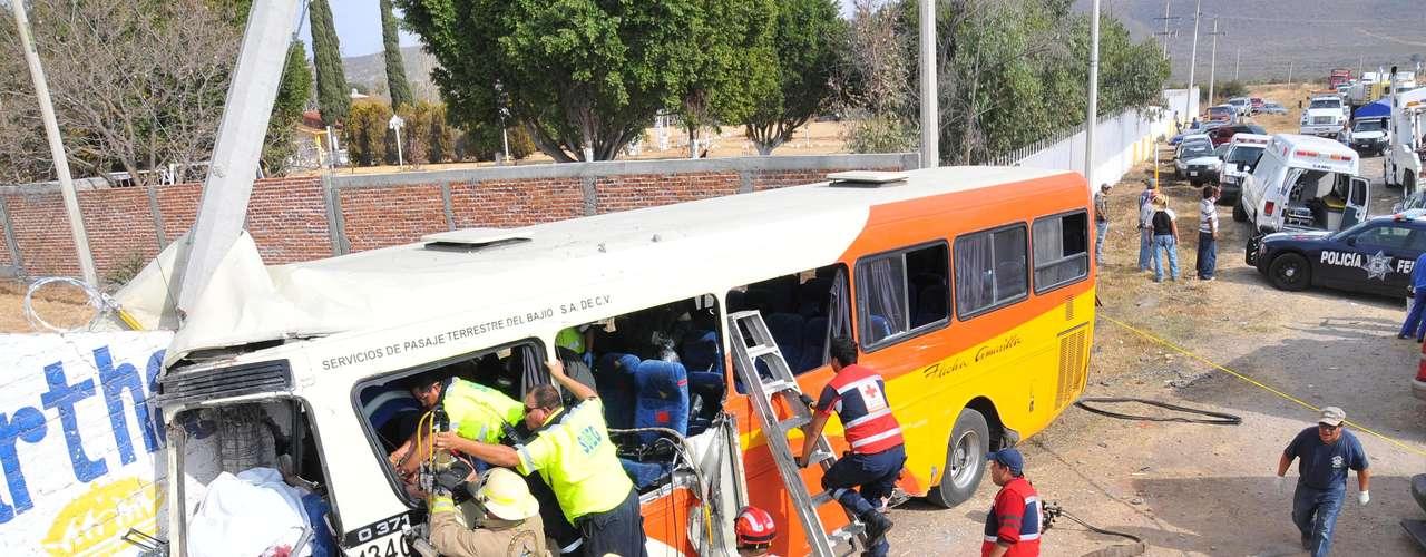 Un muerto y 10 lesionados fue el saldo de un accidente de un camión de pasajeros de la línea Flecha Amarrilla, que se impactó contra un muro tras tratar de esquivar un remolque que se desenganchó de un vehículo en León, Guanajuato, el 19 de enero del 2012.