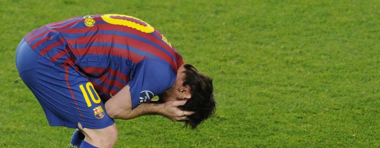 Messi no pudo romper su maldición contra Chelsea: falló penalti. El delantero del Barcelona sigue sin poderle marcar al club inglés en ocho enfrentamientos que ha jugado frente al equipo inglés.
