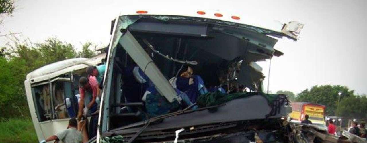 Un accidente registrado el 20 de abril del 2012 en una carretera del estado de Veracruz, en el este de México, dejó un saldo de 43 muertos y 27 heridos. El percance se produjo en la carretera Álamo-Potrero cuando una plataforma de un tráiler se desprendió e impactó contra un autobús de pasajeros.