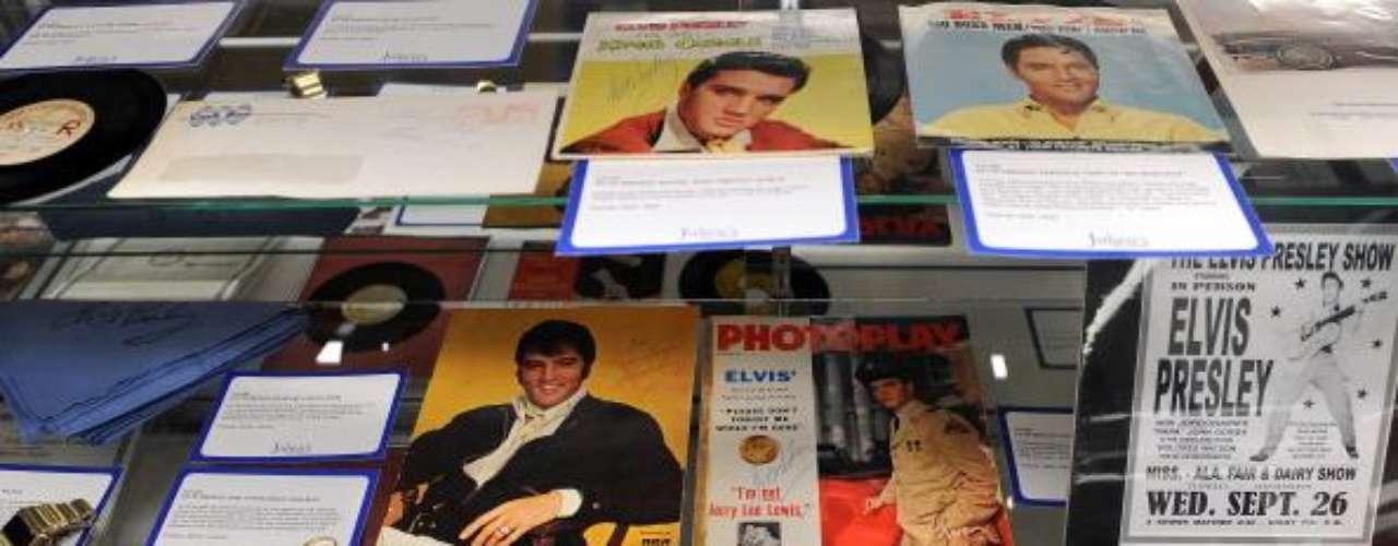 El barbero personal de Elvis Presley guardó un mechón de pelo del rey del rock y le sacó provecho años después y lo vendió en USD 115.000 dólares a un comprador anónimo en el 2002. Una cifra alta comparada con la vendida de otros artistas como el de John Lennon que alcanzó USD 48.000 o Beethoven, USD 7.300.