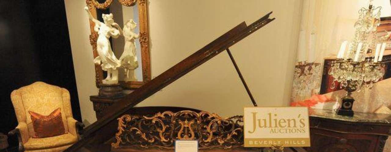 Tras su muerte, todos los artículos de Michael Jackson cobrar un valor inestimable. En una de las audiciones, la recaudación alcanzó lo 700 mil dólares con productos como este piano victoriano de Gunther y Sohne, que alcanzó los 9.600 dólares. El armario de la habitación privada del \