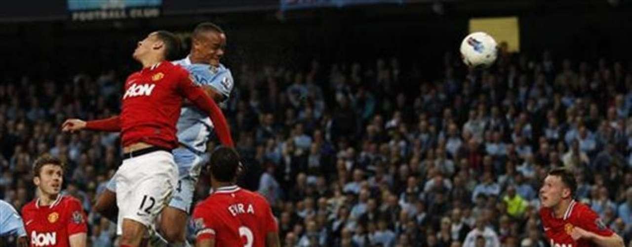 El Manchester City quedó a un paso del título de la Liga Premier del fútbol inglés al vencer el lunes 1-0 en casa al Manchester United, su máximo rival y con el que lucha por el campeonato.