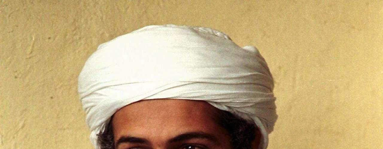 ¿Cómo era físicamente Osama bin Laden? Aquí te presentamos una colección de sus apariciones antes y después de los ataques del 11-S hasta sus últimos días. En esta foto de abril de 1998, quien fuera cabecilla de la red terrorista Al Qaeda yace en Afganistán.