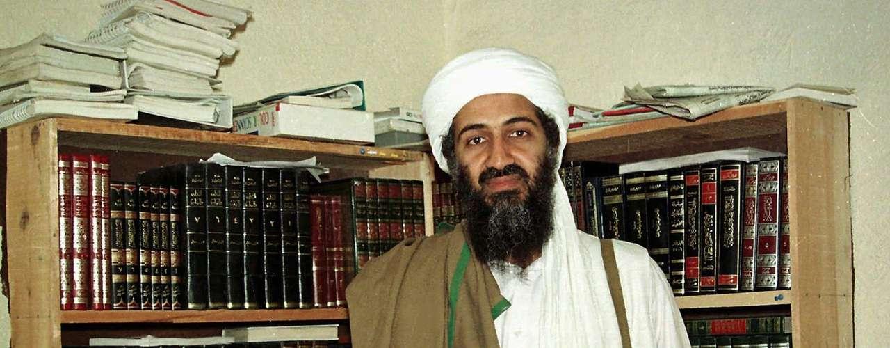 Osama bin Laden vivió gran parte escondido en Afganistán. Aquí se muestra en una foto de abril de 1998.