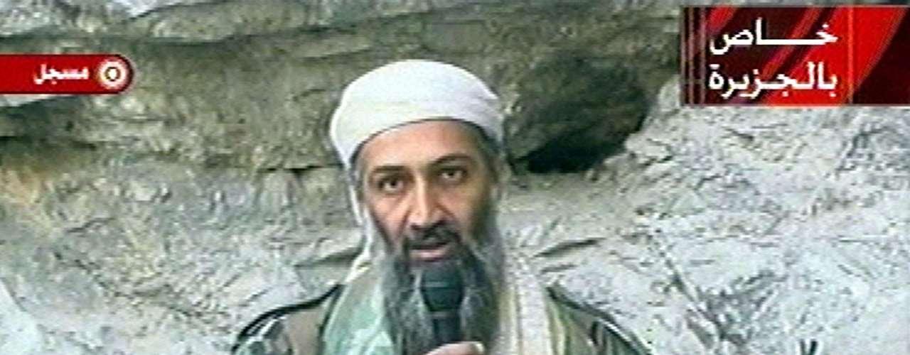 Osama bin Laden aparece en un video grabado en un lugar no revelado en octubre del 2001.