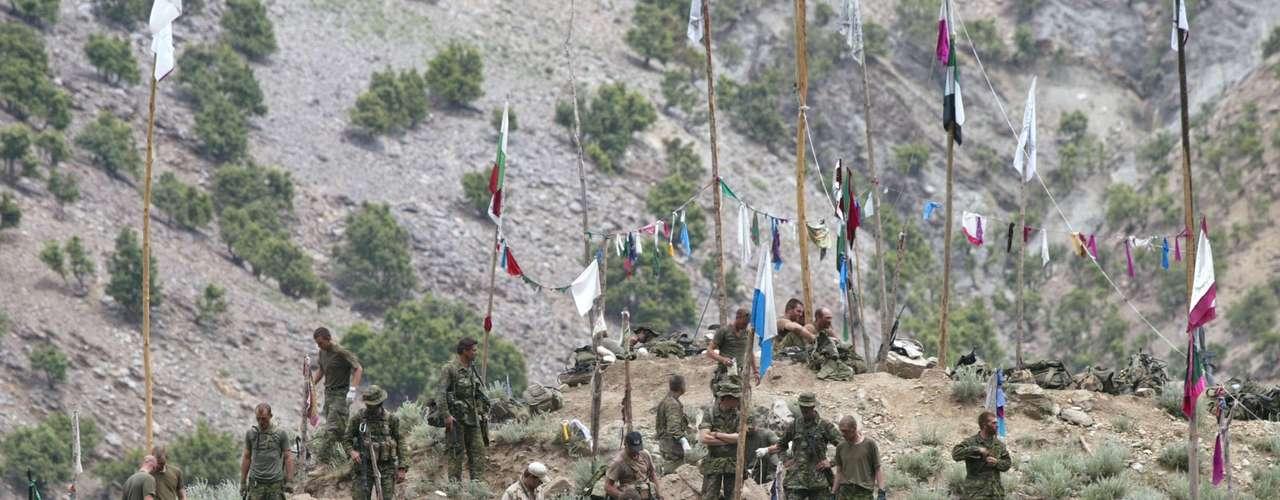 6 de diciembre de 2001- Las tropas de Estados Unidos tomaron el lugar de los talibanes, Tora Bora, un área montañosa en Afganistán.  Pero antes de esto venían suscitándose una serie de eventos. El 9 de noviembre de ese año había caído Mazar i Sharif, una ciudad que había sido bastión de  los talibanes por años. Esto provocó el traslado de las fuerzas talibanes a Tora Bora.