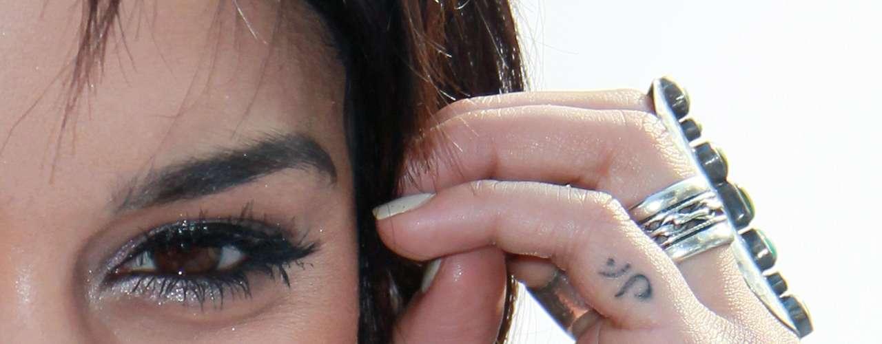 Vanessa Hudgens también tiene un tatuaje en su dedo meñique.
