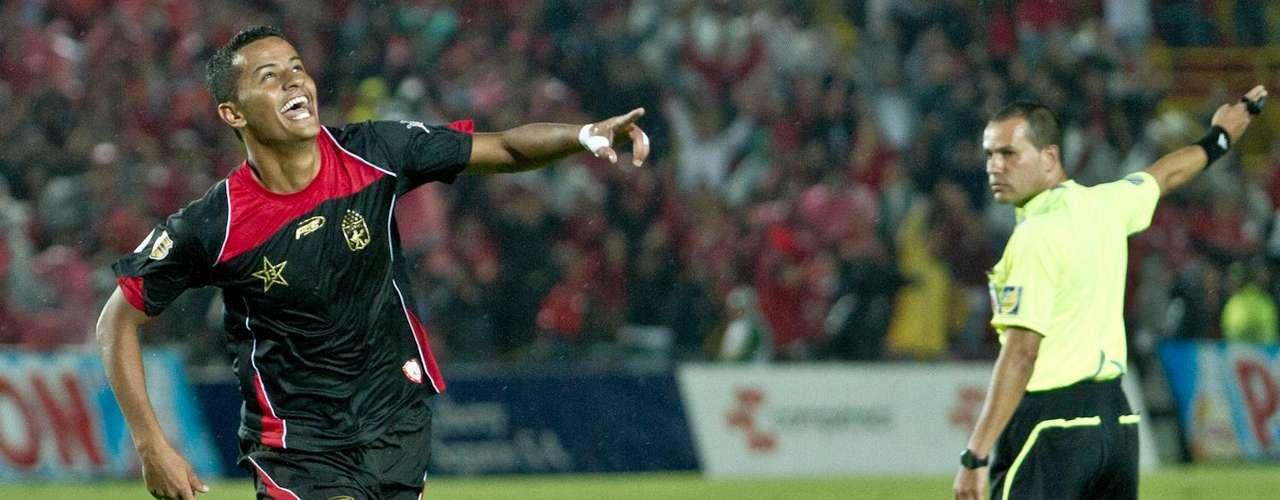 Sobre el minuto 39, ejecución de tiro de esquina, el balón que lo bajó la balsa Carabalí para que Luciano Ospina, un tanto incomodo, rematara de frente al arco y venciera por segunda ocasión al guardameta Luis Valencia, el segundo gol de América.