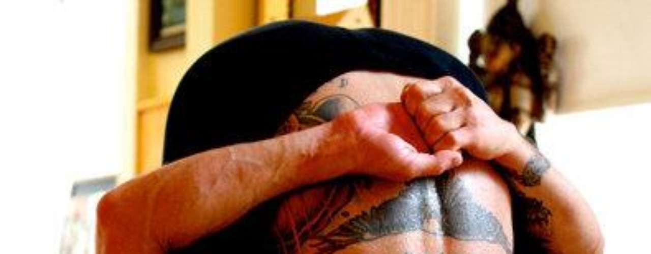 La libélula. Aquí vemos una variación de la postura de la libélula. Este hombre logró doblarse tanto que pudo unir sus manos por su espalda. ¡Eso es flexibilidad!