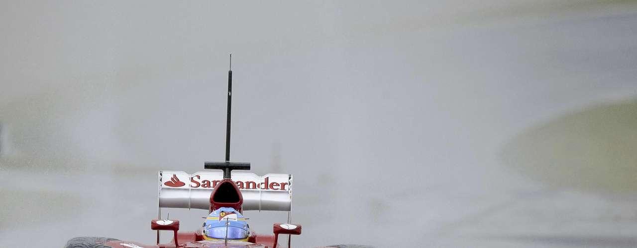 Fernando Alonso, de Ferrari, sufrió un leve accidente tras perder el control de su coche en los ensayos de la Fórmula Uno en Mugello, Italia.
