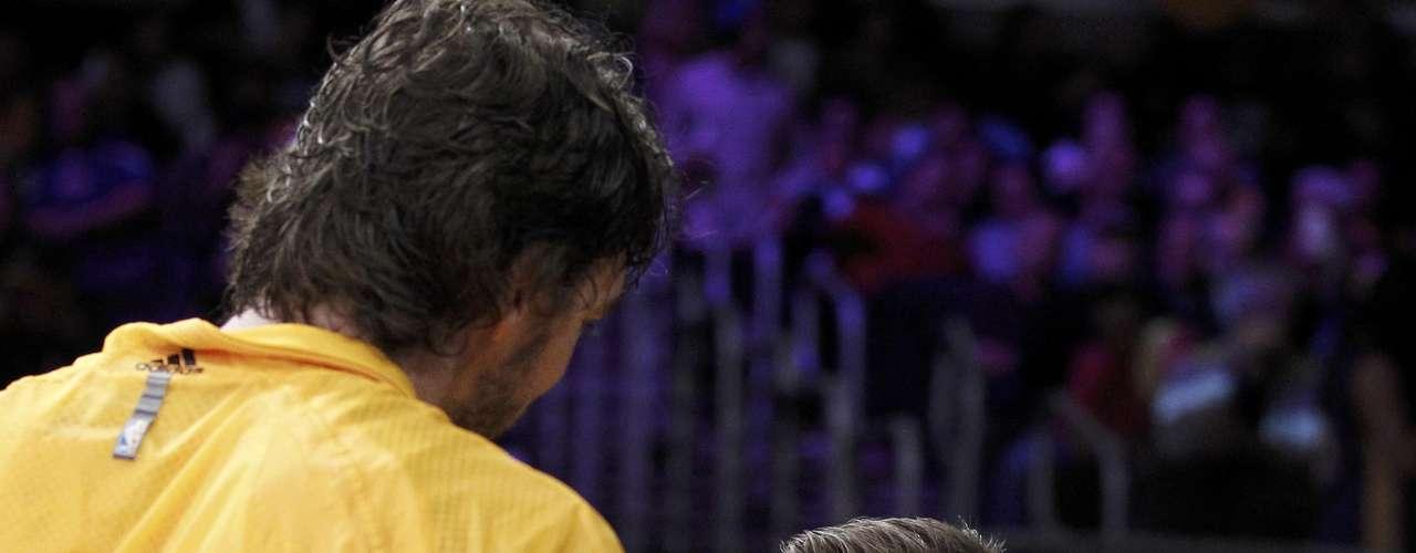 Beckham tiene amigos en todos los ambitos sociales, en este caso saluda a Paul Gasol, basquetbolista de los Lakers.