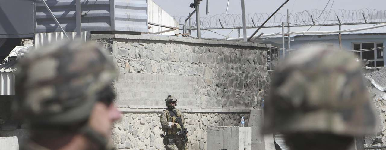 El presidente estadounidense Barack Obama y su homólogo afgano Hamid Karzai firmaron un acuerdo estratégico en el palacio presidencial de Kabul, la capital de Afganistán, el miércoles 2 de mayo del 2012. Seis personas murieron en tres explosiones ocurridas en la madrugada del miércoles en el sector este de la capital, horas después de la visita sorpresiva de Obama a Afganistán.