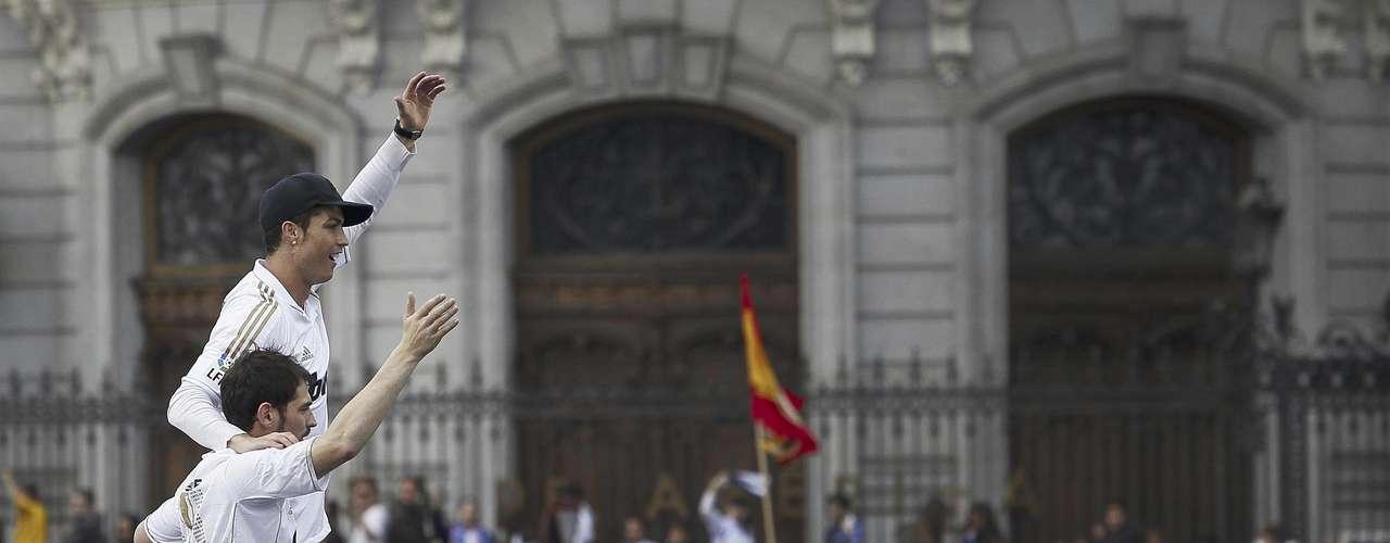 Los jugadores del Real Madrid, Iker Casillas, al frente, y Cristiano Ronaldo festejan la conquista del 32do título de la liga española el jueves, 3 de mayo de 2012, en Madrid.