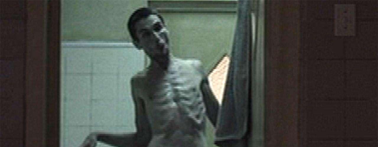 Christian Bale se tomó muy en serio su rol en 'El Maquinista' (2004), donde lucía demacrado y desnutrido al extremo. Para interpretar al insomne 'Trevor Reznik' Bale terminó pesando 55 kilos y los productores del filme tuvieron que impedirle que bajara más.