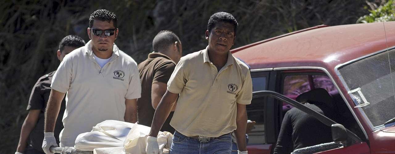 En Honduras falleció a tiros el presentador de televisión Noel Alexander Valladares Escoto. Junto al conductor también fueron ultimadas otras dos personas que lo acompañaban. Según medios locales, Valladares Escoto predecía en su programa los números ganadores de la lotería. Con este crimen se elevó a 18 la cifra de periodistas asesinados en los últimos dos años en ese país.