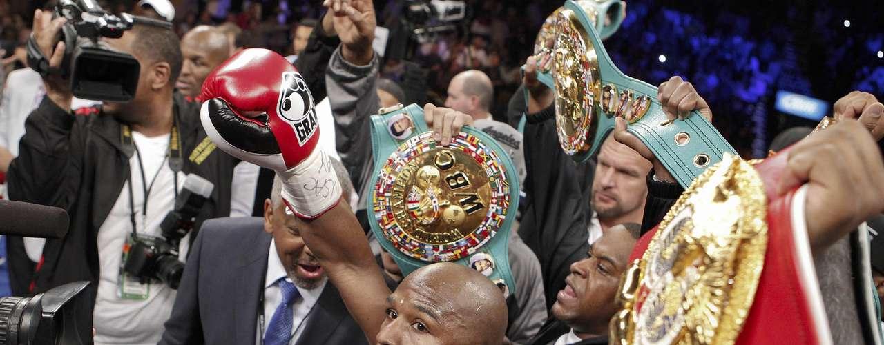 Floyd Mayweather Jr. saluda a la afición previo a su pelea con Miguel Cotto en Las Vegas.  (AP Photo/Eric Jamison)
