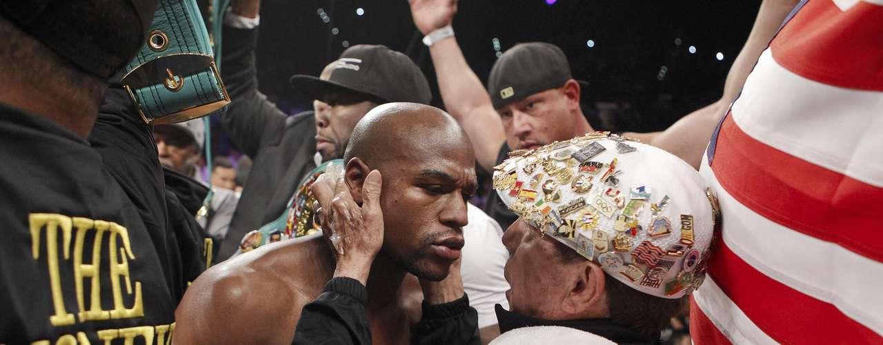 Floyd Mayweather Jr. recibe instrucciones de su manager previo a su pelea con Miguel Cotto en Las Vegas (AP Photo/Eric Jamison)