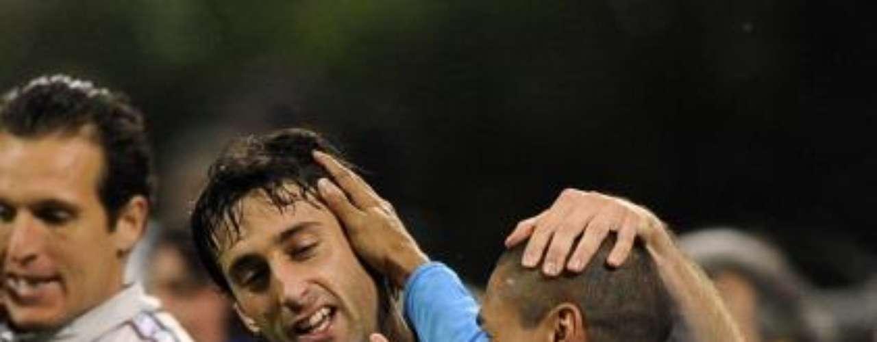 El defensor colombiano Iván Ramiro Córdoba vivió un emotivo homenaje de despedida en el Inter Milán, en el cásico ante AC Milán en el que su equipo ganó 4-2. Sus compañeros se pusieron su camiseta, le dedicaron gol y lo levantaron en hombros.  Fue el adiós a uno de los jugadores que mejor ha representado a Colombia en el fútbol internacional .