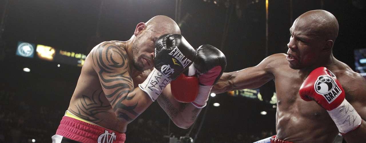 Floyd Mayweather Jr. golpea a Miguel Cotto en su pelea por el título superwelter.  (AP Photo/Eric Jamison)