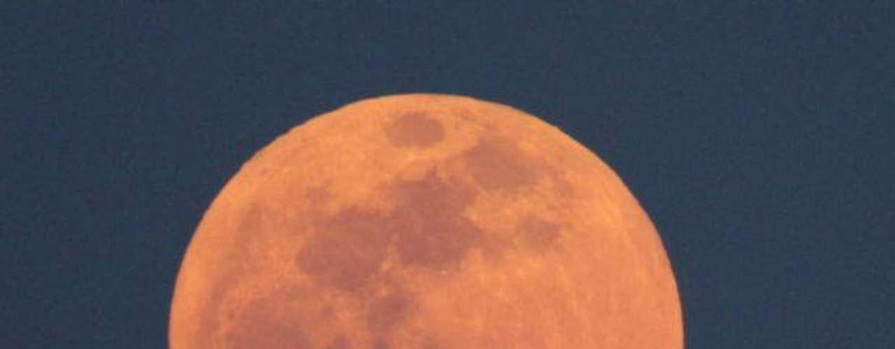 La Luna más grande y brillante del año apareció la noche del sábado cuando nuestro vecino celeste alcanzó su punto más cercano a la Tierra en su movimiento de traslación.