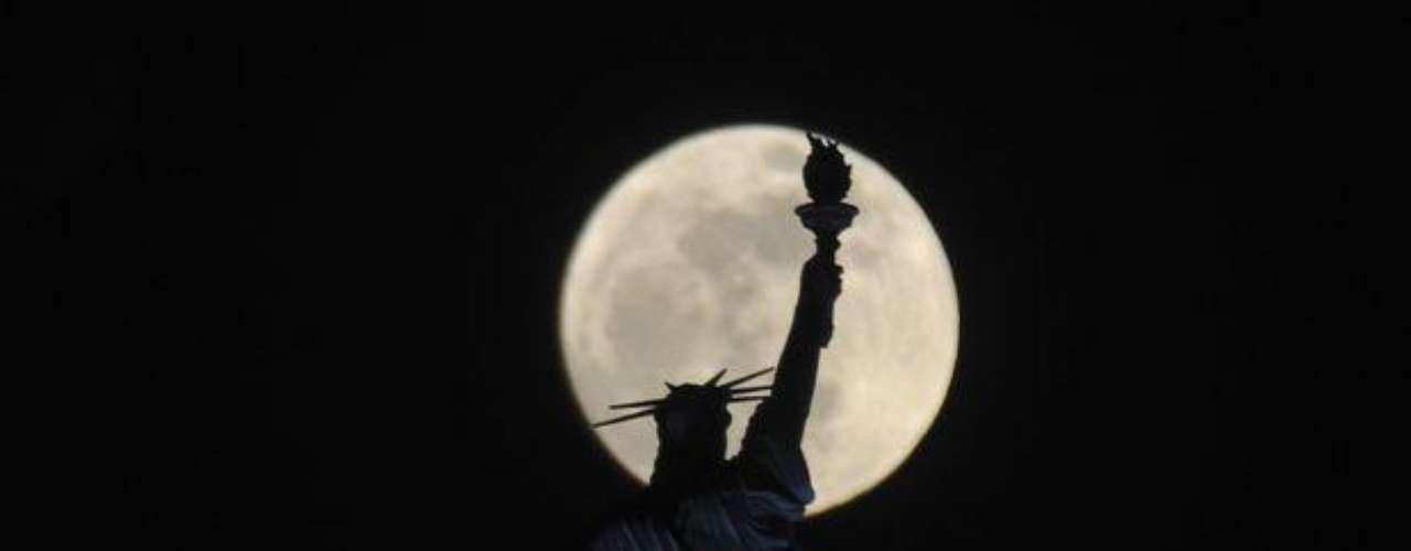 El sábado la superluna se acercó aproximadamente a 357.000 kilómetros  de la Tierra. Eso es alrededor de 24.600 km más cerca del promedio.