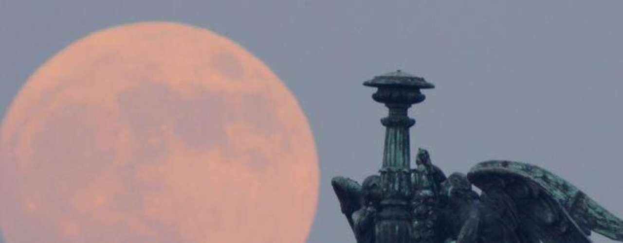La distancia de la Luna con respecto a la Tierra varía porque sigue una órbita elíptica en lugar de una circular. Al igual que cualquier Luna llena, ésta parecerá más grande cuando esté sobre o cerca del horizonte que cuando está más alta en el cielo, gracias a una ilusión óptica, agregó Chester.