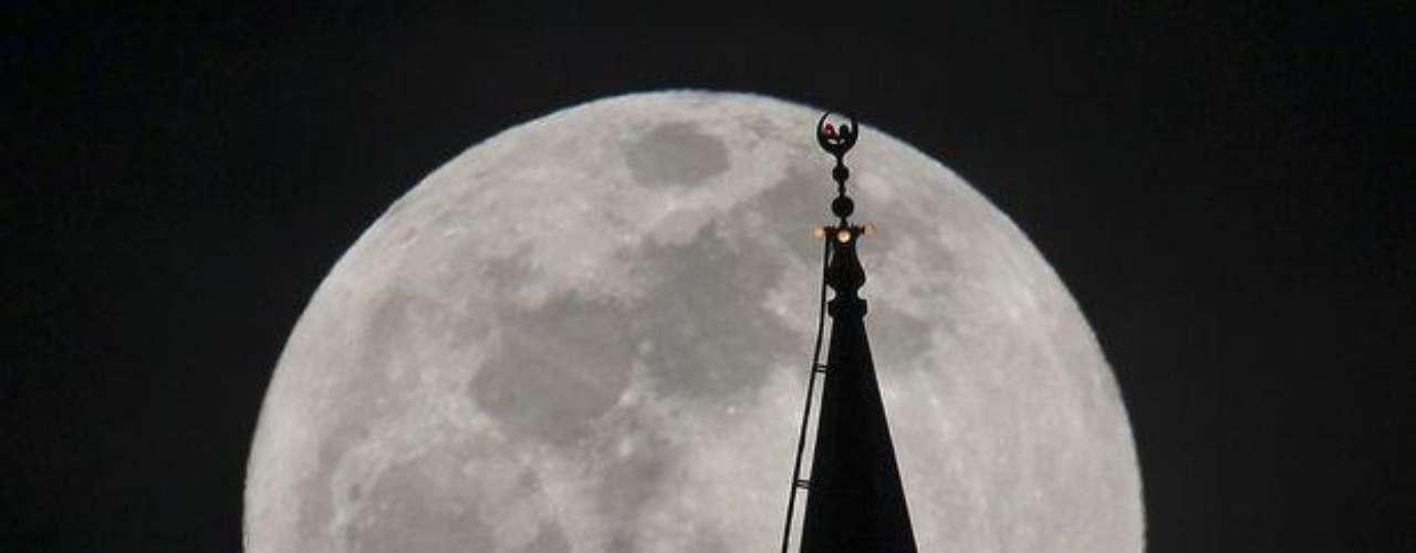 La proximidad hizo que la luna pareciera aproximadamente 14 por ciento más grande que si estuviera en su punto más lejano, dijo Geoff Chester, del Observatorio Naval de Estados Unidos.