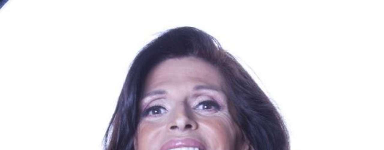 Alejandra Bogue, empezó a trabajar en los 80s en centros nocturnos realizando performance.  En 1993 comenzó su carrera en el teatro mexicano donde ganó el premio a revelación femenina. Ha realizado imitaciones de Thalía y otras famosas logrando aplausos con la de  La Tesorito. Hace 25 años se realizó la operación transgénero.