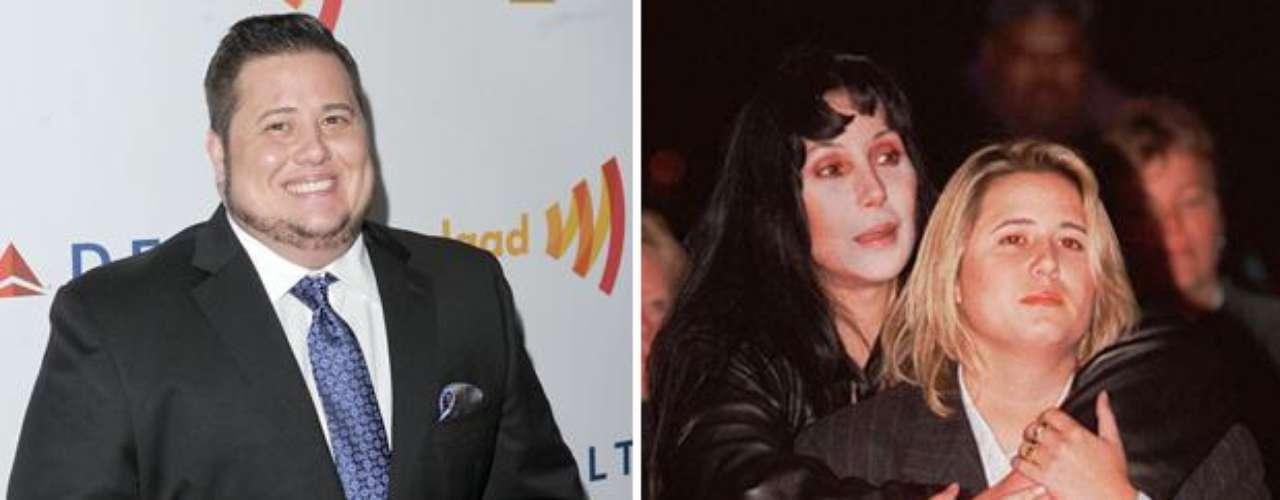 Chaz Bono. Ha sido uno de los casos más sonados entre las celebridades por tratarse de la hija de Cher quienes todos conocían como Chastity, luego hizo público que era lesbiana más adelante aseguró que siempre se ha sentido hombre y de hecho no soporta a las lesbianas.