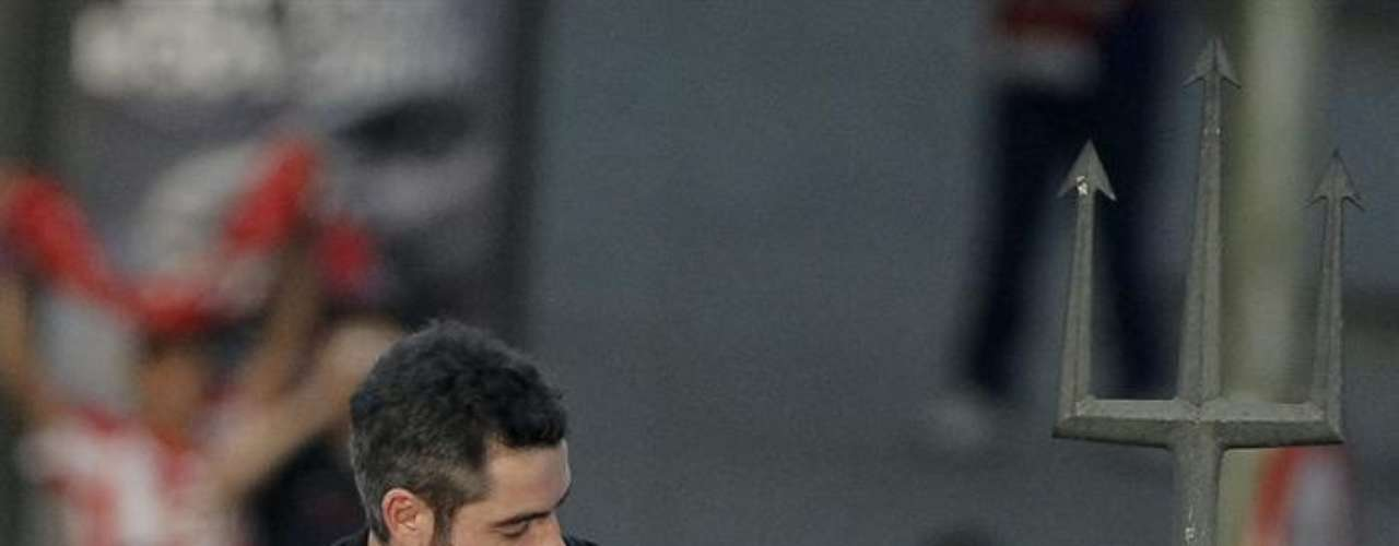 El capitán del Atlético de Madrid, Antonio López, viste a Neptuno como símbolo de la segunda Europa League que ha conseguido en su historia