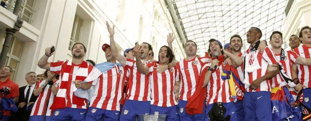 Una bienvenida espectacular recibió el Atlético de Falcao y Perea en Neptuno, camino al dios para poner la bufanda del Atlético y demostrar que el equipo de Simeone es un grande en Madrid.